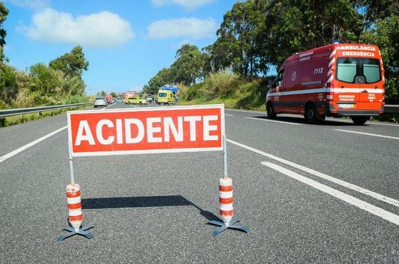 ARCOS DE VALDEVEZ: Colisão frontal faz cinco feridos, um grave