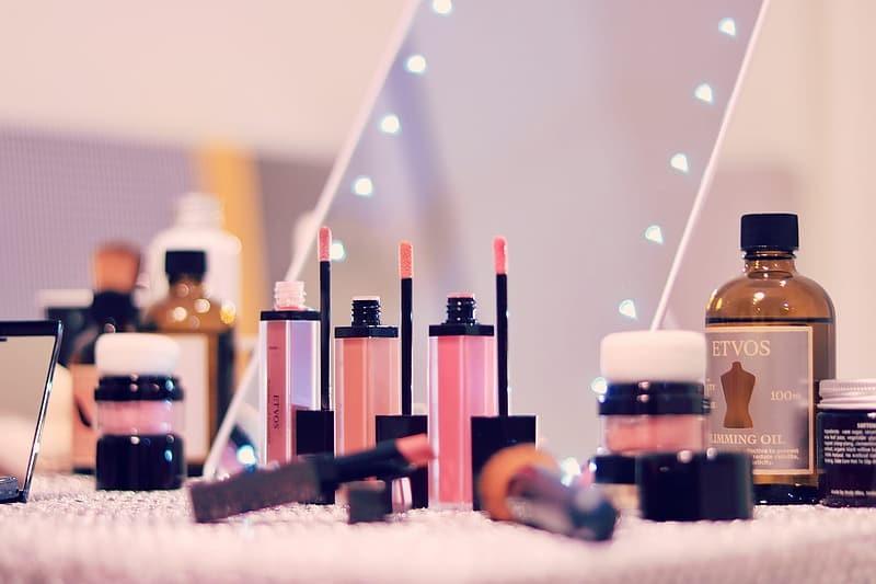 Produtos cosméticos podem ter até 90% de microplásticos, alertam organizações europeias