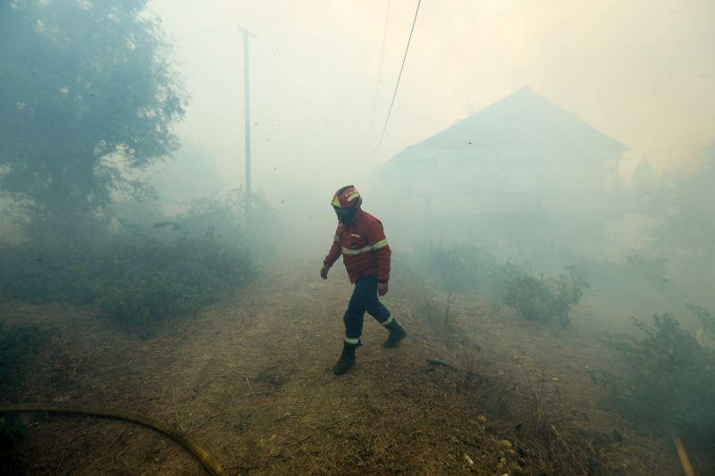 Incêndios: Quatro meios aéreos e 155 operacionais combatem fogo em Monção