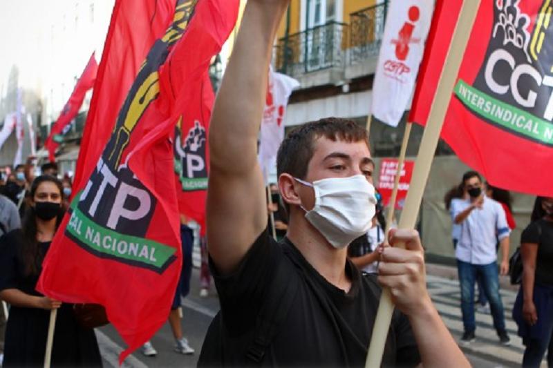 Centenas desfilam do Rossio ao Terreiro do Paço para exigir melhores salários