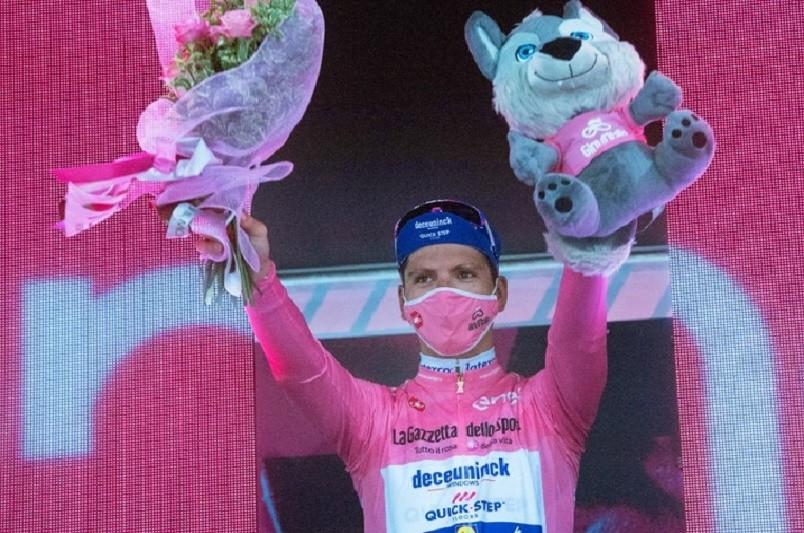 Giro: João Almeida segura camisola rosa em etapa ganha por Geoghegan Hart