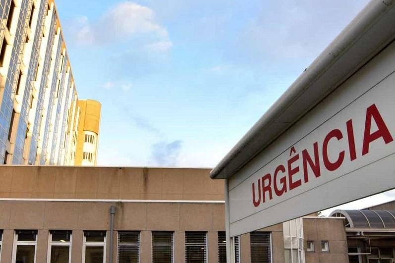 Covid-19: Hospital Santo António no Porto monta estrutura no jardim para 'não covid'