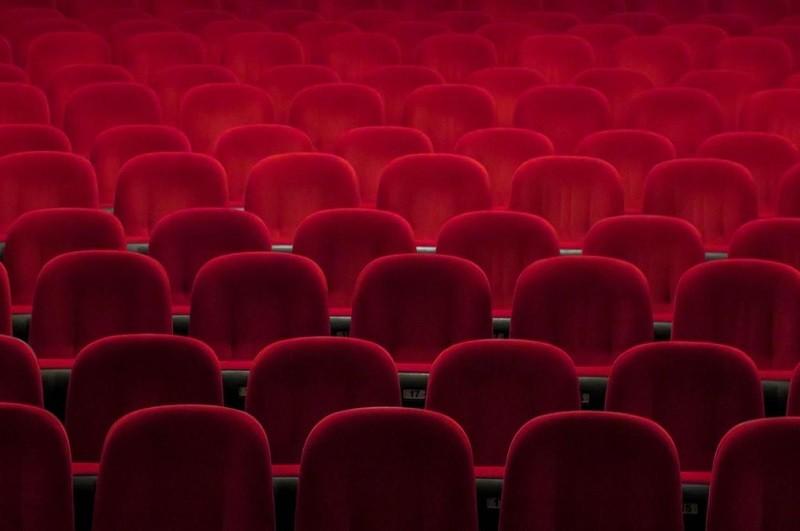 Salas de espetáculos alteram horários e adiam programação dos fins de semana