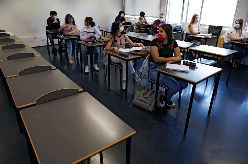 Covid-19: OMS defende escolas abertas e mais medidas de proteção
