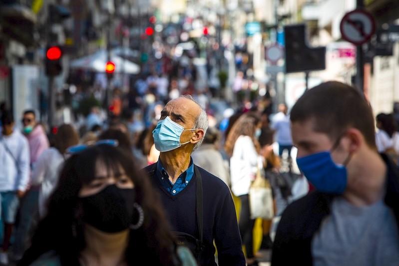 OMS alerta para terceira vaga na Europa e pede uso de máscaras no Natal