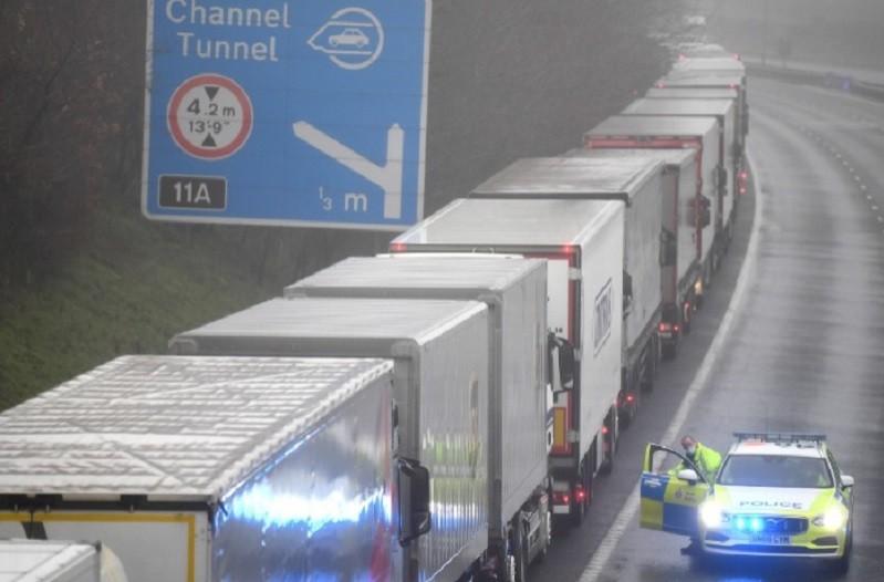 Quase mil camionistas parados em Inglaterra impedidos de entrar em França