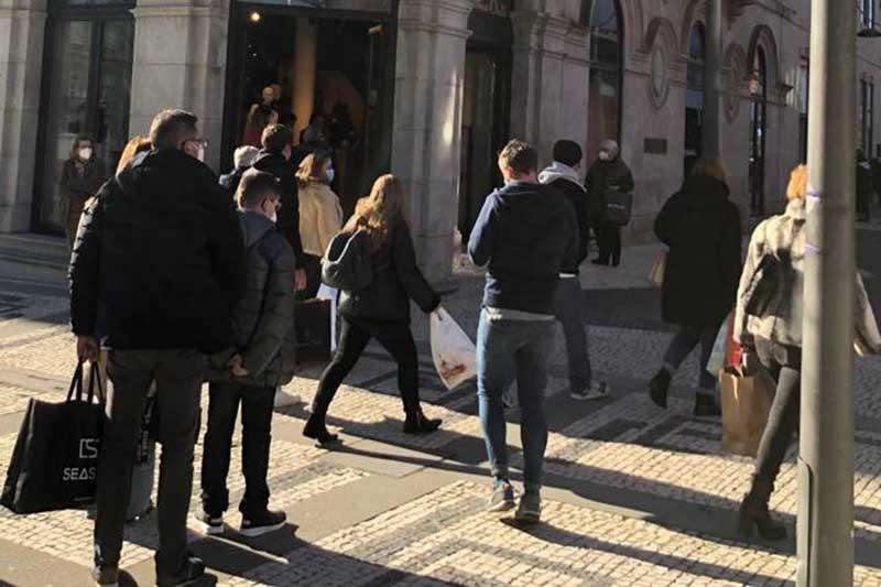 Comércio de portas abertas às habituais trocas de presentes