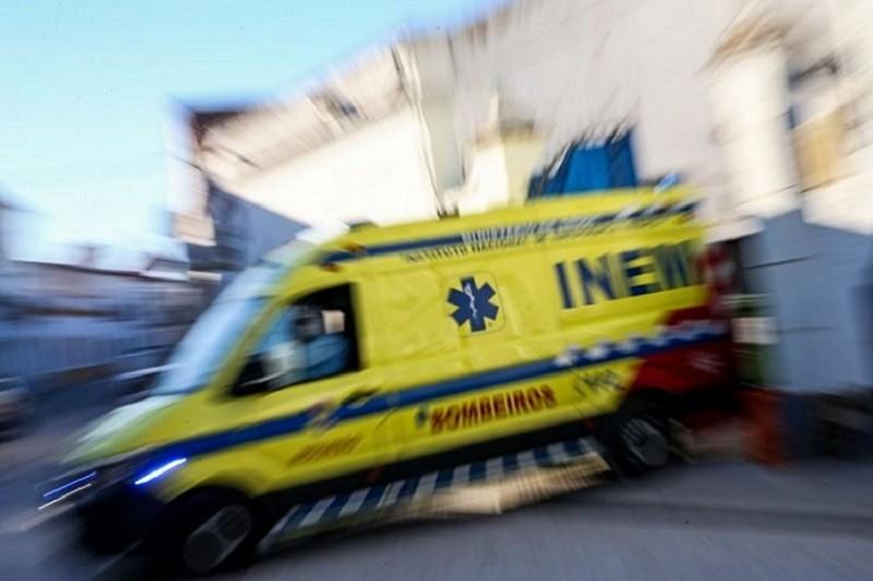 Doentes horas retidos nas macas em ambulâncias e já houve uma morte - Liga dos Bombeiros
