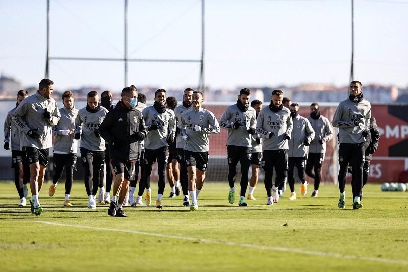 Benfica tem 17 casos e aguarda decisão da DGS sobre participação nas competições