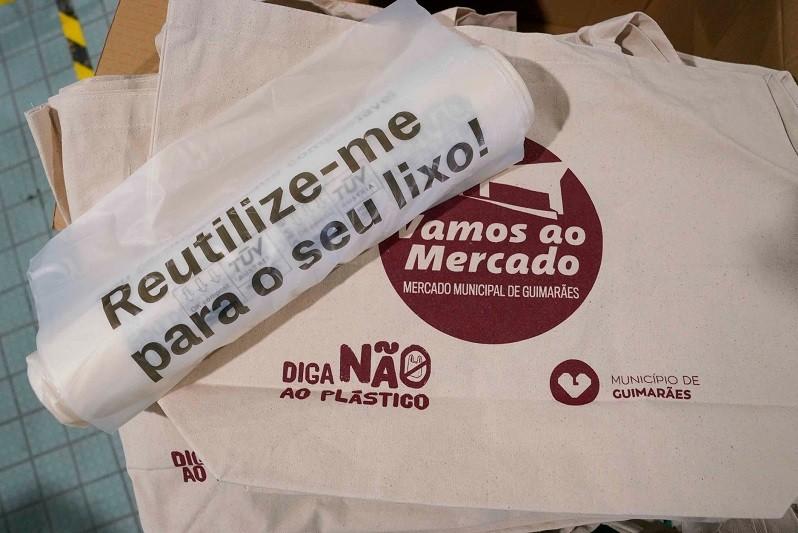 Câmara de Guimarães distribui sacos compostáveis para combater o plástico