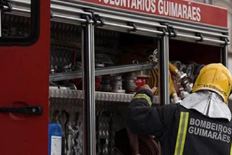 Incêndio está a consumir armazém com pneus em Guimarães
