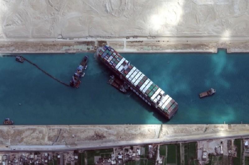 Autoridades dizem que navio encalhado no Canal do Suez começou a flutuar
