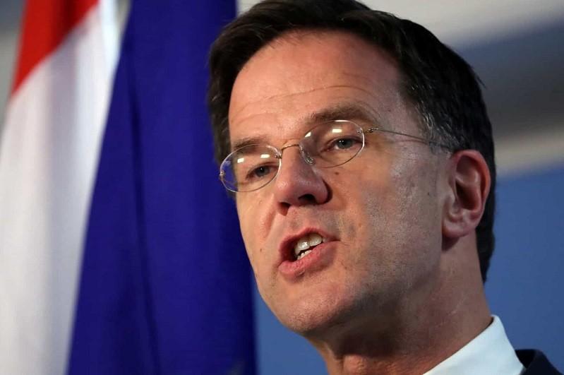 PM holandês Mark Rutte supera moção de censura
