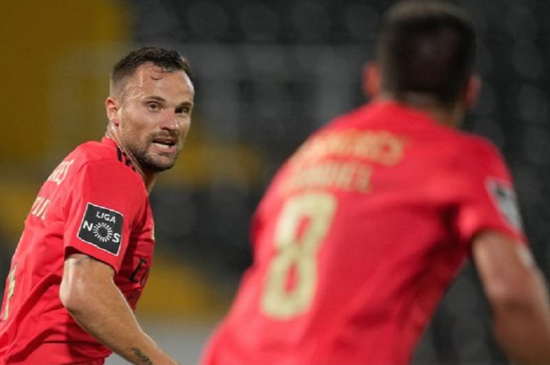 Benfica vence em Guimarães com 'bis' de Seferovic e 'rouba' Europa ao Vitória