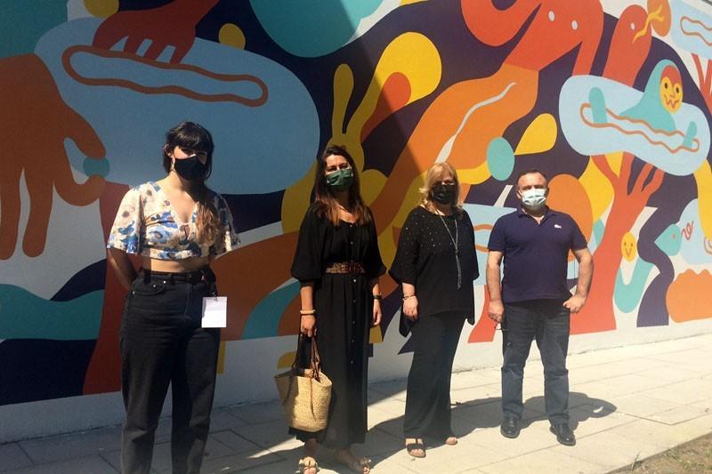 Murais de grandes dimensões alegram escolas e convocam alunos para as artes