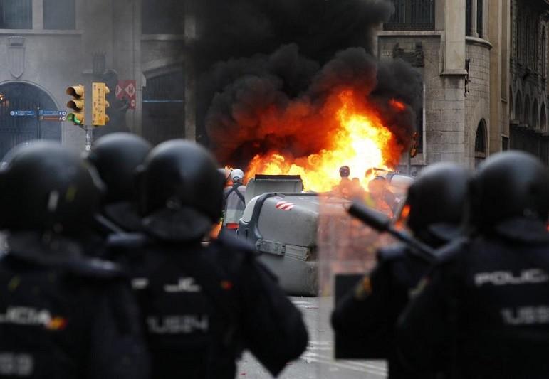 Manifestação pacífica terminou mas grupos radicais desencadeiam cargas policiais em Barcelona