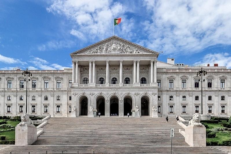 Extrema-direita recebida no parlamento entre o silêncio e o ataque frontal