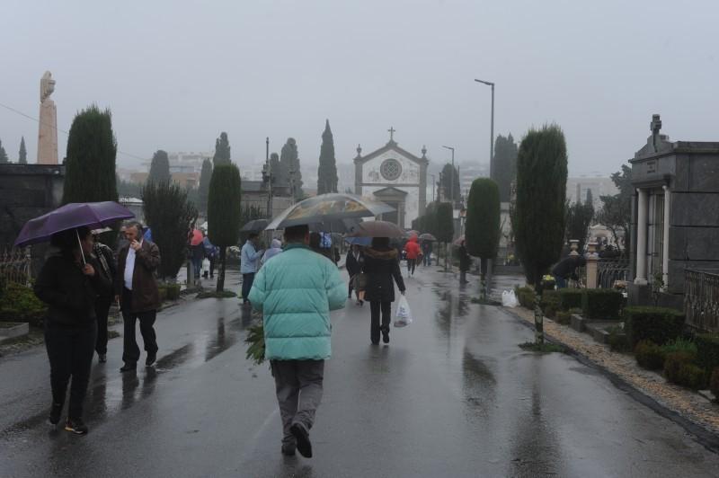 Chuva intensa não afastou bracarenses de rumar ao Cemitério de Monte dArcos
