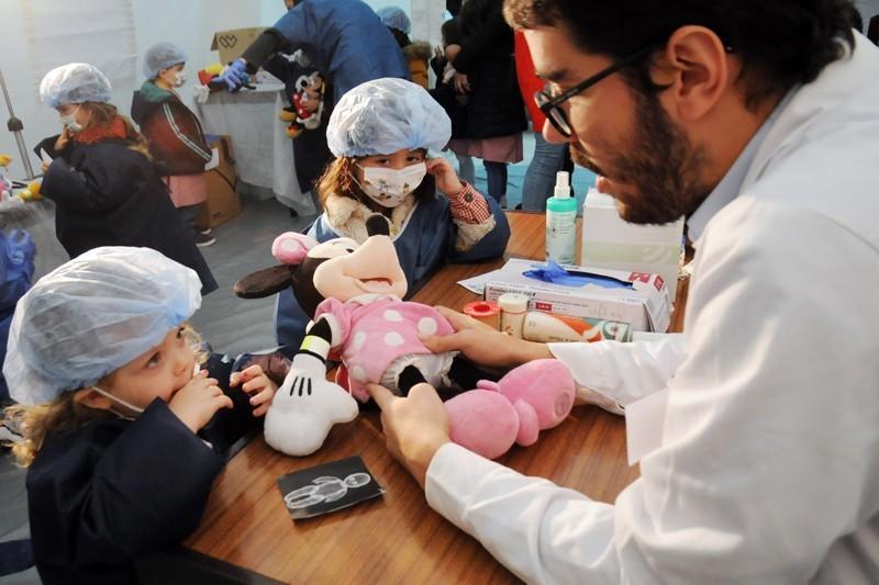 Hospital dos Bonequinhos afasta medo da bata branca