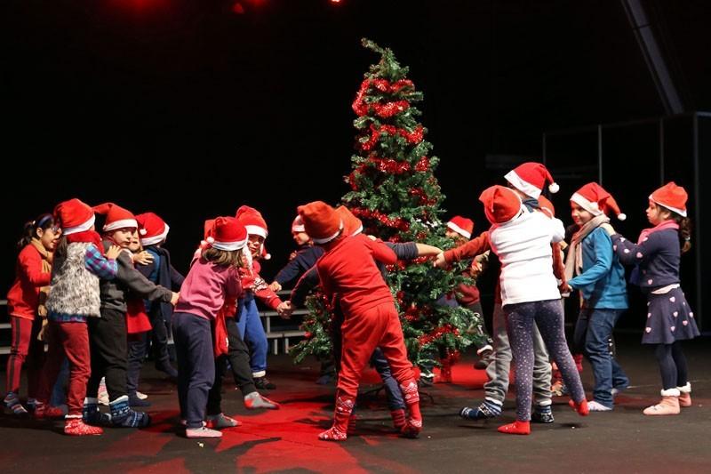 Danças natalícias aquecem a primeira manhã da Tenda de Natal