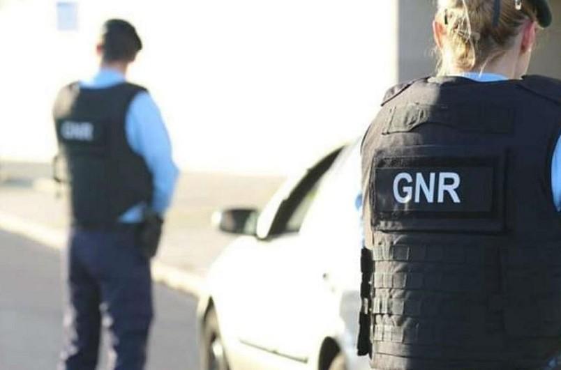 Armas e munições apreendidas a dois suspeitos de violência doméstica em Fafe