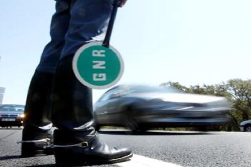 Mais de 1.180 infrações por uso de telemóvel durante a condução