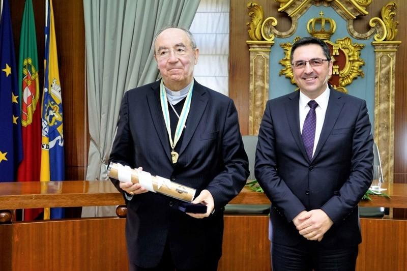 Arcebispo dedica medalha de honra a padres e leigos