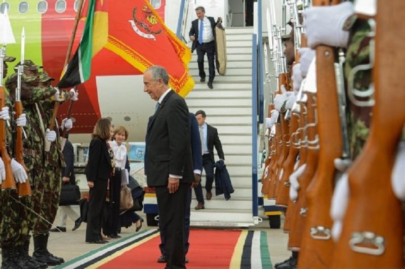 Presidente da República recebido com calor e honras militares em Maputo