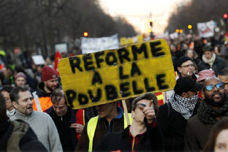 Milhares de manifestantes voltaram hoje a protestar em França contra novo sistema de pensões