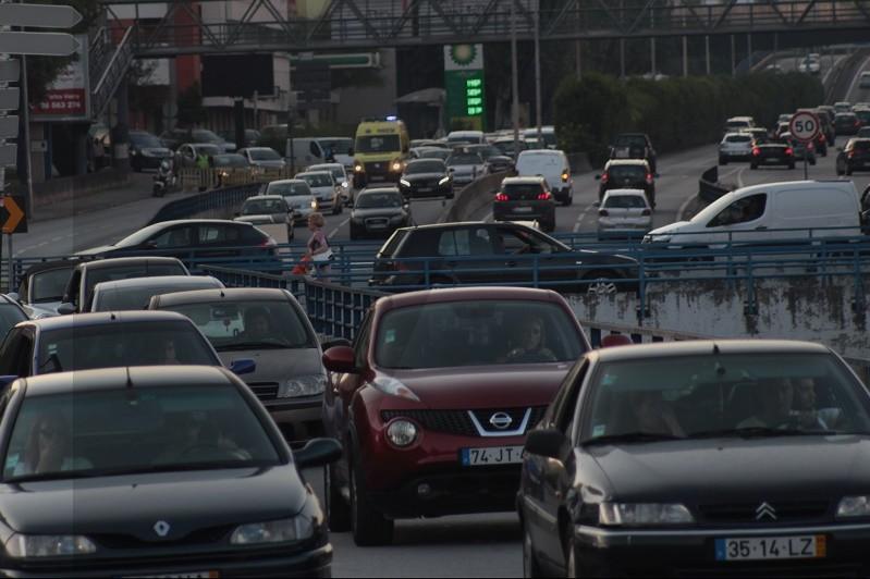 Derrame de gasóleo por viatura pesada congestionou trânsito em Braga