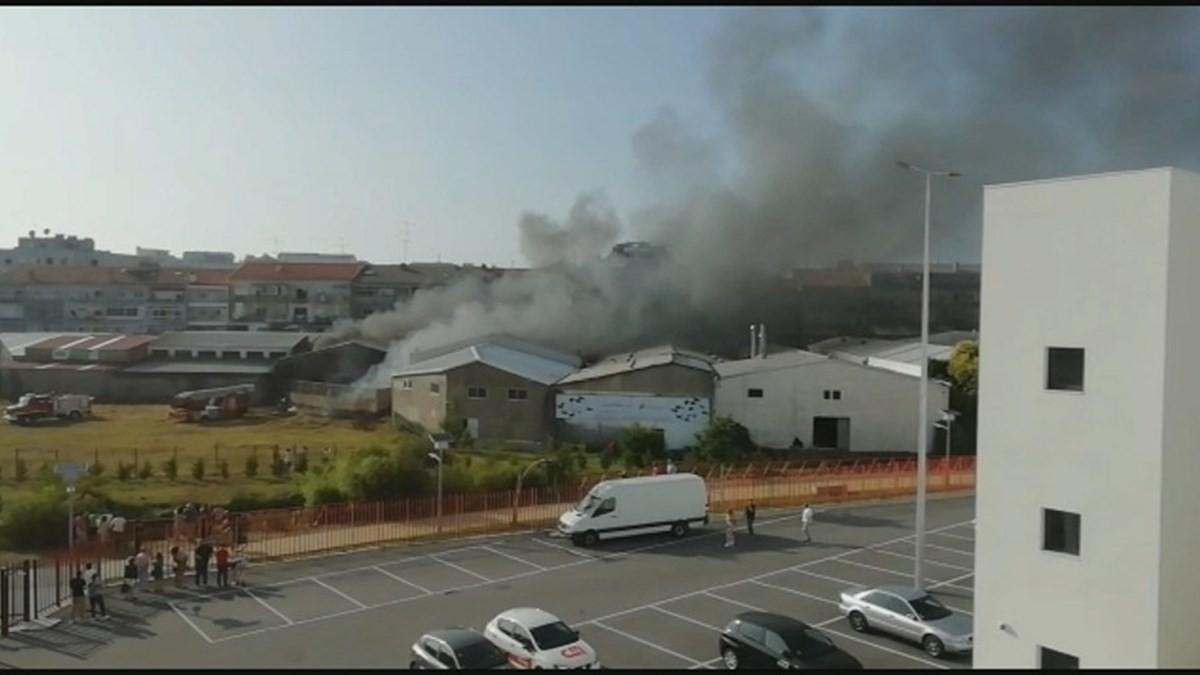 Incêndio em armazém de produtos de limpeza em Braga