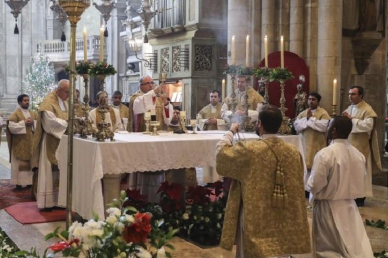 Missas com fiéis retomadas segunda-feira, procissões e visitas pascais são de evitar