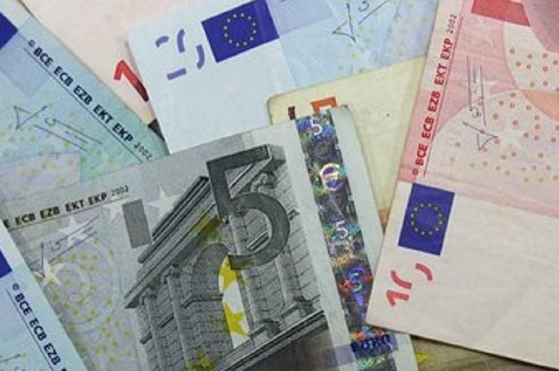 Euro segue abaixo de 1,10 dólares, um mínimo desde fevereiro