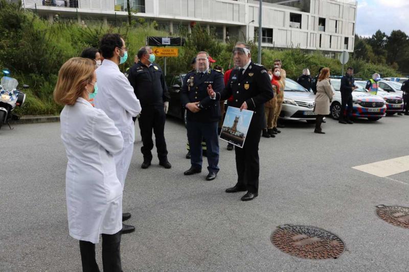Forças policiais rendem homenagem aos profissionais de saúde na linha da frente