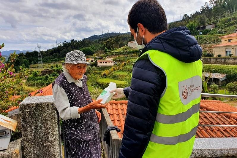PÓVOA DE LANHOSO: Câmara leva alimentos e medicamentos à população necessitada