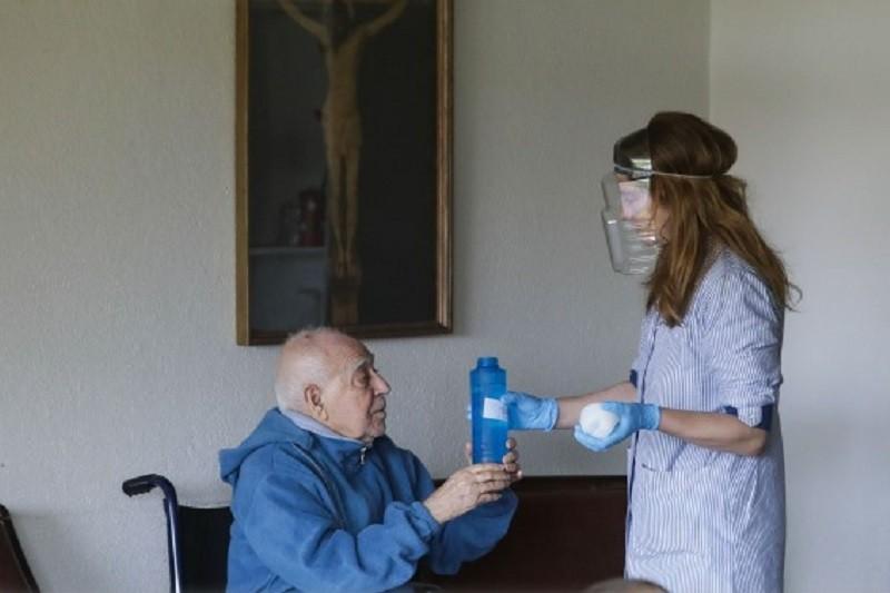 Covid-19: Metade dos trabalhadores de lares de idosos foram testados e 10% estão infetados