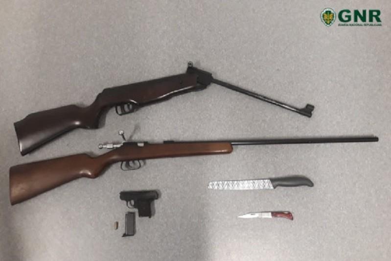PÓVOA DE LANHOSO: GNR apreendeu armas a suspeito de violência doméstica