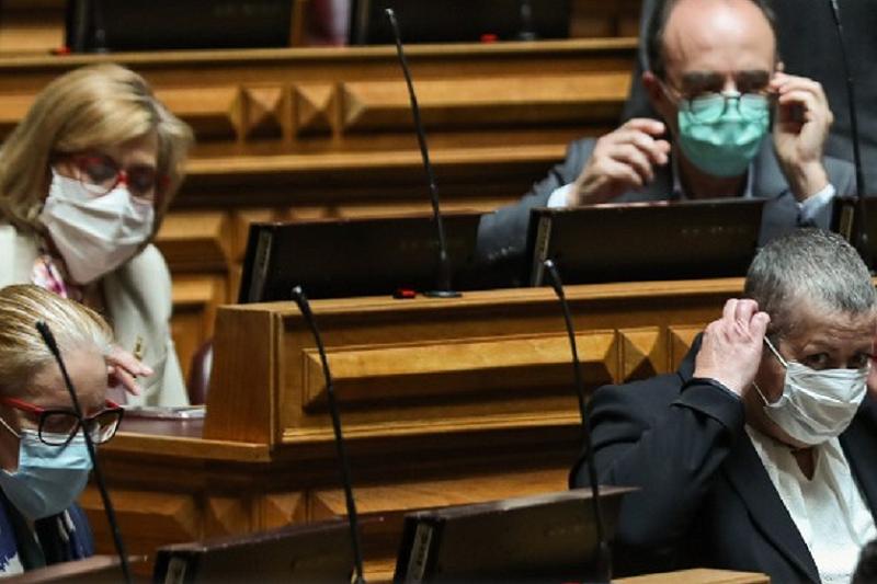 Covid-19: Ferro Rodrigues determina utilização obrigatória de máscara dentro da Assembleia da República