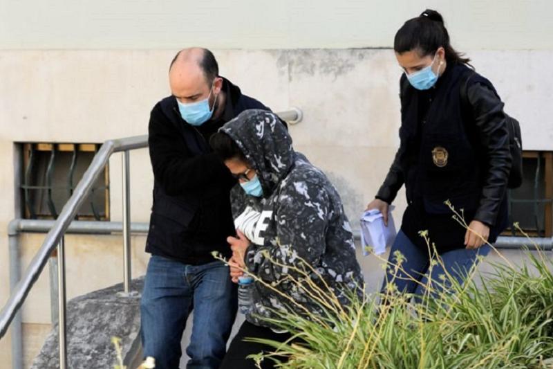 Suspeitos da morte da criança em Peniche vaiados por populares à chegado ao Tribunal de Leiria