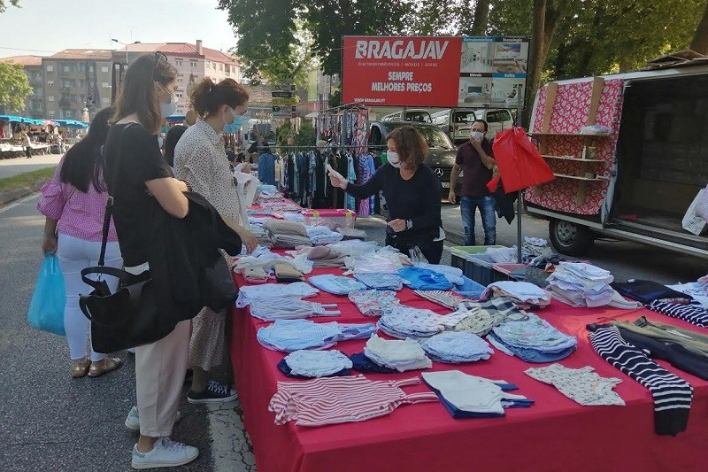 Covid-19: Máscaras no rosto e à venda marcam regresso da feira semanal de Braga