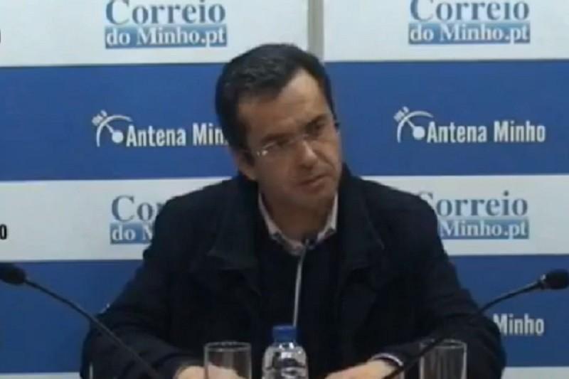 Covid-19: Pároco João Torres celebra missa em campo de futebol e gimnodesportivos