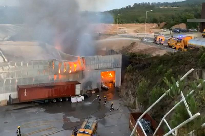 Bombeiros combatem incêndio em fábrica de gazes hidrófilas em Santo Tirso