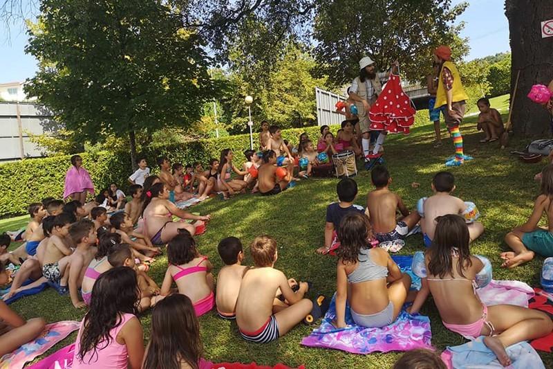 Crianças e famílias convidadas a mergulhar na leitura enquanto vão à piscina
