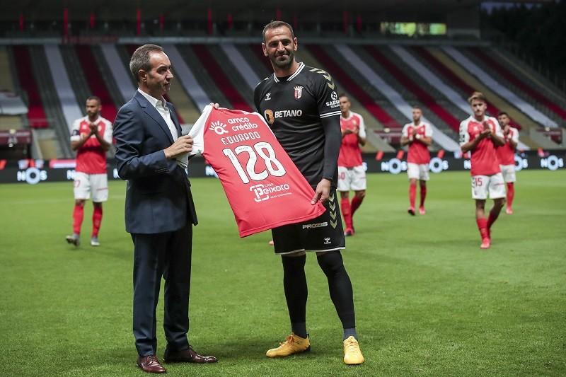 Eduardo homenageado pelo Sporting Clube de Braga no dia em que termina carreira